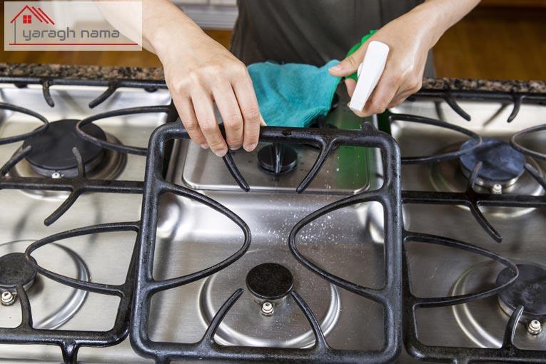 تمیز کردن گاز رومیزی با دستمال در یراق نما